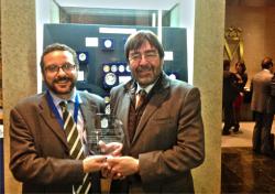Fernando Álvarez (Jefe del Servicio de Modernización y Planificación) y José Manuel Pazos (Jefe del Servicio de Sistemas de Información), del Ayuntamiento de Gijón, recogiendo el premio.